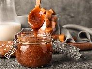 Бърз и лесен карамелен сос със захар, масло и течна готварска сметана